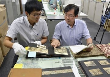 寄贈された金栗四三の写真を調査する筑波大の真田久教授(右)と大林太朗助教=玉名市役所