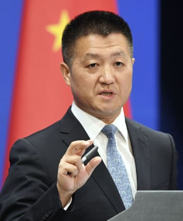 記者会見する中国外務省の陸慷報道局長=10日、北京(共同)