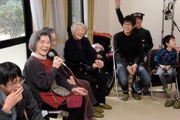 阪神・淡路大震災を経験し、励まし合った仲間と近況報告する人たち=神戸市東灘区住吉南町1