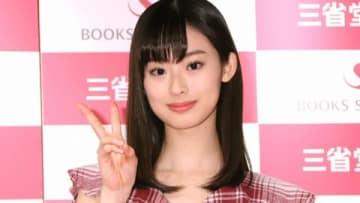 カレンダーの発売記念イベントに登場した井本彩花さん