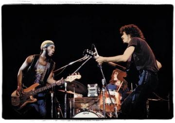 『ザ・ショウズ・ザ・シング:ザ・レジェンダリー・プロモーターズ・オブ・ロック(原題)』より、世界的ギタリスト、サンタナの1970年のライブの様子 - (C)The Show's The Thing: The Legendary Promoters of Rock