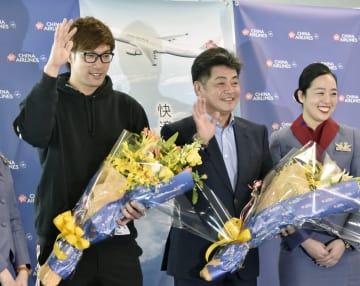 米ハワイ州への優勝旅行に出発するソフトバンクの(左から)柳田と工藤監督=10日、福岡空港