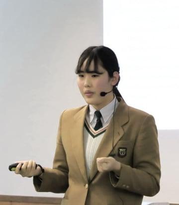 力強く自分の考えを訴える山崎さん=長崎市、活水女子大