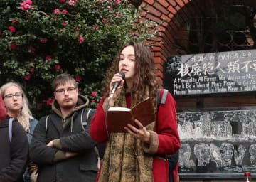 反核、反戦への思いを述べる米国の学生=長崎市、爆心地公園