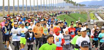 約1万人が師走の県都を駆け抜けた青島太平洋マラソン=9日午前、宮崎市・宮崎南バイパス
