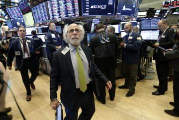 ニューヨーク証券取引所のトレーダーたち=10日(UPI=共同)