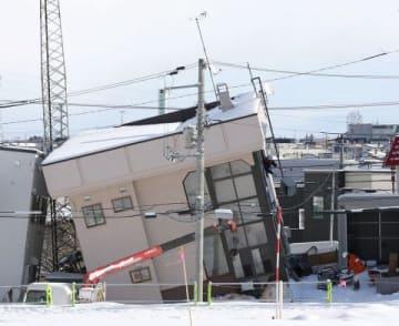 公費解体が始まった里塚地区。業者が住宅から家具などを運び出した=10日午前11時(井上浩明撮影)