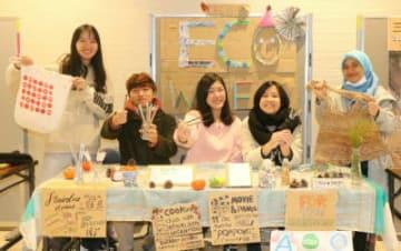 環境について考えるイベント「エコウイーク」が始まった。イベントを主催する学生ら。=10日午前、別府市