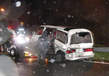 東名高速道路下り線の事故で移動される車両=2017年6月、大井町(車のナンバーを画像加工しています)