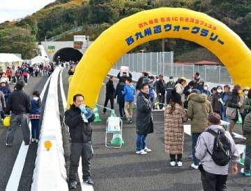 開通前の高速道でウオークラリー 西九州道松浦IC 1500人が参加 [長崎県]