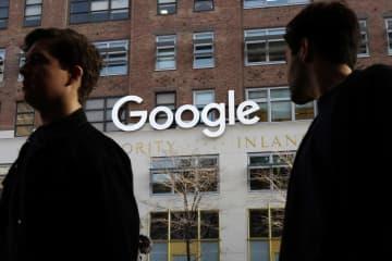 米グーグルのオフィスの前を通る人たち=2017年、ニューヨーク(AP=共同)