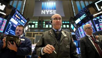 ニューヨーク証券取引所のトレーダーたち=10日(ロイター=共同)