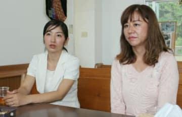「今も米軍機が保育園上空を飛んでいる」と訴える与那城千恵美さん(右)と佐藤みゆきさん