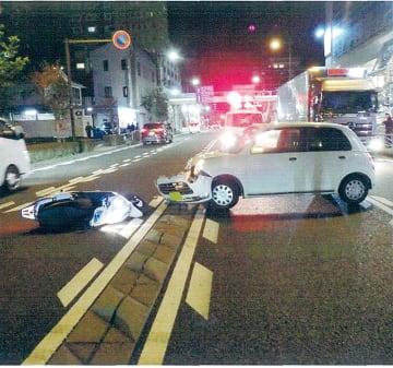 市内で発生した二輪車と乗用車の衝突事故=小田原警察署提供
