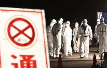 飼育イノシシの感染が確認された施設前で待機する関係者=10日午後7時3分、関市内(撮影・堀尚人)
