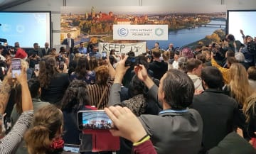 COP24の会場内で開かれ、環境保護団体が反発し騒然となった米国のイベント=10日、ポーランド・カトウィツェ(AP=共同)