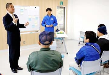 日ごろの観戦で感じた課題を矢野社長(左)らクラブスタッフに伝えるサポーター=9日、ありがとうサービス.夢スタジアム