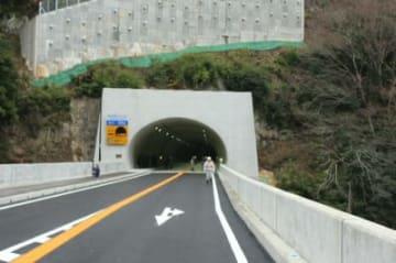 15日に開通する新しい道路。玖珠川を渡る湯ノ釣橋と市の村トンネル=日田市天瀬町