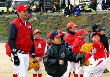 町民たちが見守る中、小学生を教える大瀬良投手(左端)