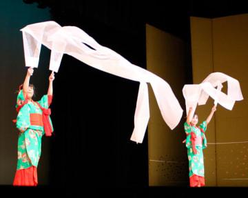 【踊りを披露する出演者=津市西丸之内の津リージョンプラザで】