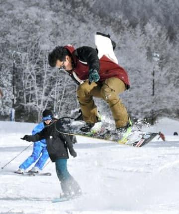 新雪に心も躍動 箕輪スキー場今季営業開始