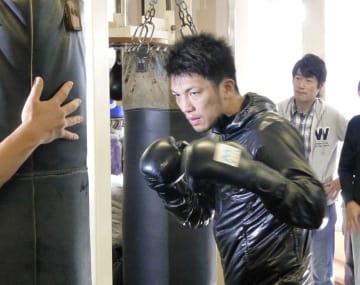 現役続行表明後、サンドバッグを打つWBAミドル級王座から陥落した村田諒太=12月4日、東京都新宿区の帝拳ジム