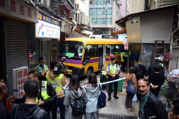 香港、路地にバス突っ込む 1人死亡13人負傷
