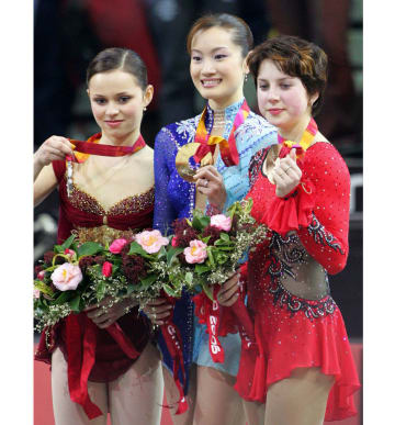 トリノ五輪フィギュア女子の表彰式で荒川選手と並び笑顔を見せるスルツカヤ選手(右)(共同)