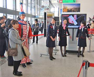 一日PR大使として、ロビーに登場したくいだおれ太郎に利用客や職員もびっくり=9日、大阪空港