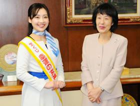 高橋知事に年末ジャンボ宝くじをPRする伊東さん(左)