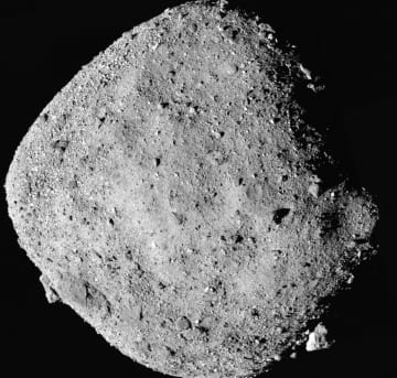 NASAの探査機「オシリス・レックス」が2日に上空24キロから捉えた小惑星ベンヌ(NASA提供・共同)
