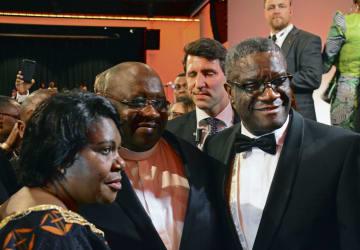 コンゴ移民らが開いたノーベル平和賞の受賞祝賀会で、参加者と記念撮影するムクウェゲ氏(右)=10日、ノルウェー・オスロ(共同)