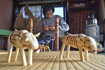 最盛期を迎えたイノシシのきびがら細工作り=10日午前10時40分、鹿沼市村井町