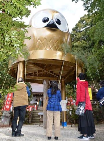 巨大フクロウ像をすす払い 那珂川