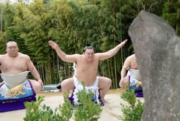 不知火諾右衛門の墓前で「不知火型」の土俵入りを披露する横綱白鵬関=10日、宇土市