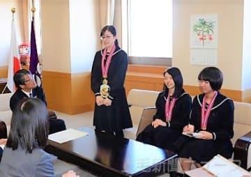 受賞報告に訪れた(左から)中島さん、小島さん、岡田さん