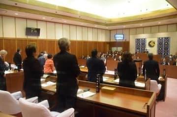 読谷村議会が原因究明、結果公表求め抗議決議 拳銃所持した空軍兵の脱走事件で全会一致