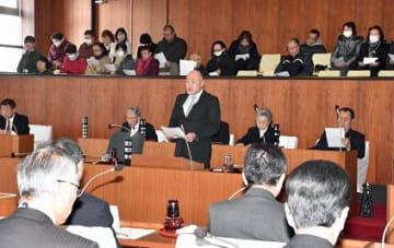 初の日曜議会で行った一般質問では、後方の傍聴席がほぼ埋まった。議員は議席側中央に設けられた質問席で質疑を行うスタイルに変更された