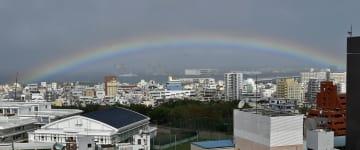 久茂地から泊方面に向けて大きくかかった虹=11日、午前11時10分ごろ