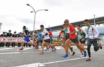 勢いよくスタートを切る選手ら=東海道新幹線岐阜羽島駅前