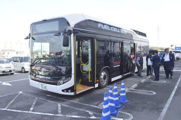 燃料電池バスに試乗する参加者ら=藍住町奥野の「ゆめタウン徳島」