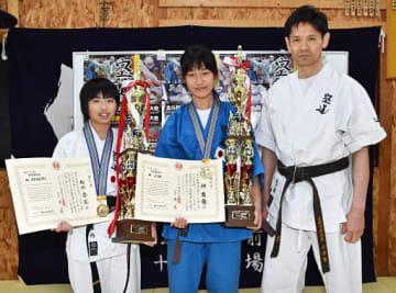 世界ジュニア選手権で優勝した相内さん(左)と神さん(中)。右は五十嵐代表=7日夜、おいらせ町の大道塾五十嵐道場