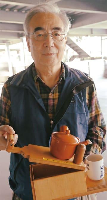 フレンズ代表の伴さん。手に持つのは、手首を回さずに片手でお茶がくめる装置