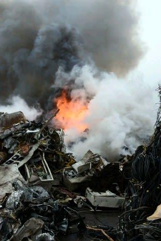 【動画あり】廃棄物集積場で火災 北九州市若松区