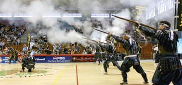 火縄銃演武を披露する葦北鉄砲隊=米ハワイ州(同隊提供)