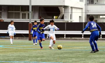 熱戦を繰り広げたFC速谷(白のユニホーム)と廿日市FCアカデミーの選手