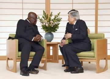 ガーナのアクフォアド大統領と会見される天皇陛下=11日午前、皇居・御所(代表撮影)