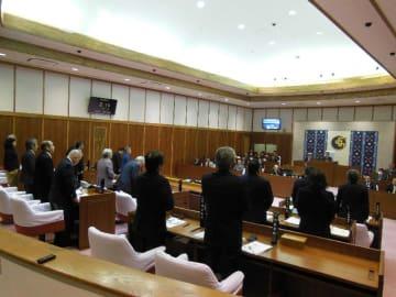 事件に抗議する決議案を全会一致で可決する読谷村議会=11日、読谷村議会