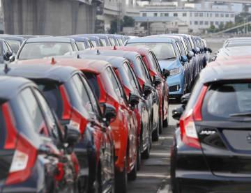 5月、横浜港で輸出を待つ自動車