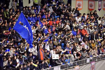 韓国との決勝で、日本の得点に盛り上がる観客席=9日、熊本市の県立総合体育館(小山真史)